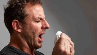 Los peligros de aguantarse un estornudo, según expertos