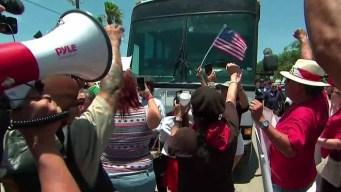 Bloquean autobús que transportaba a niños inmigrantes