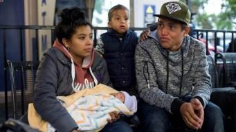 Pareja migrante de la caravana ve nacer su hijo en EEUU