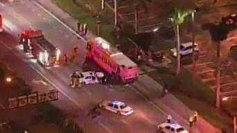 Accidente de auto contra bus deja 5 heridos