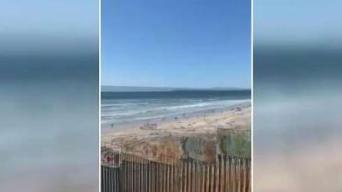 Migrantes rompen barda y cruzan a San Diego