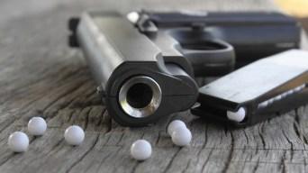 Pánico en escuela por niño con pistola de perdigones
