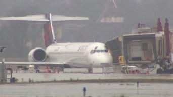 Avión es impactado por rayo; pasajeros sufren las consecuencias