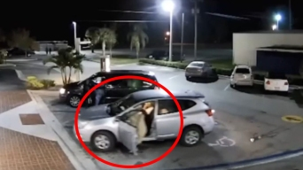 Roba a una anciana y le pasa el carro por encima