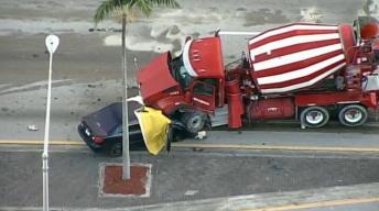 En video: mortal choque entre auto y camión hormigonera