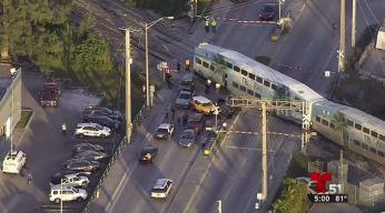 Tren impacta a vehículo en aparatoso accidente