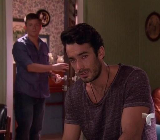 Iván llega a la habitación de Santiago. Éste le confiesa que no es ...