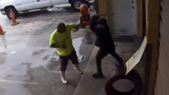 Hombres se enfrentan a tubazos en negocio de Hialeah