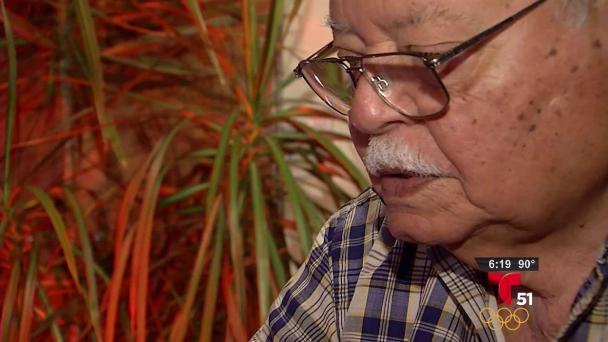 Anciano cubano recibe pasaporte tras larga espera