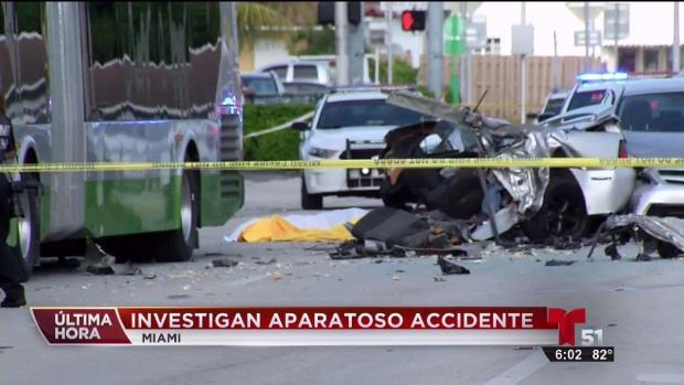 Investigan accidente que involucró dos autos y un bus