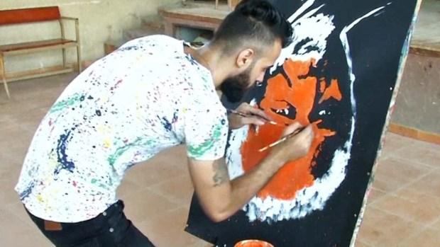 El curioso caso del artista que pinta al revés
