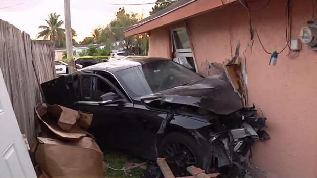 [TLMD - MIA] Auto impacta contra casa de Miramar