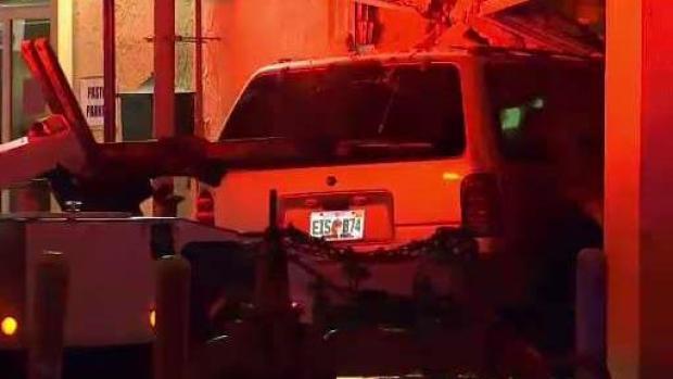 [TLMD - MIA] Auto se impacta contra iglesia de Hialeah