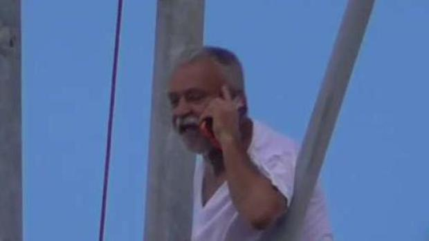 [TLMD - MIA] Hombre escala torre de telefonía celular en Hialeah