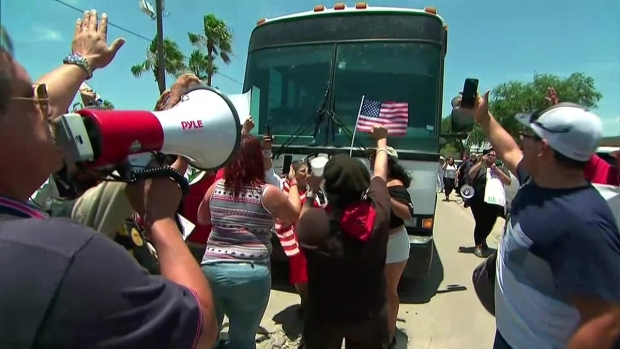 [TLMD - MIA] manifestantes bloquean autobús con niños inmigrantes