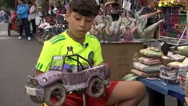 [MI] Niño venezolano hace artesanías con bolívares