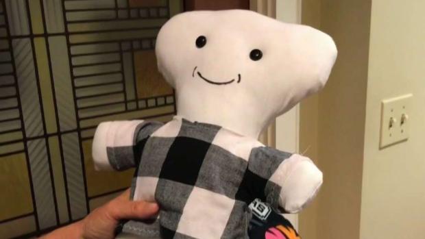 [TLMD - SA] Pareja de SA cose muñecas para niños migrantes