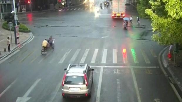 [TLMD - MIA] Choque de infarto: motociclista embiste a ciclista