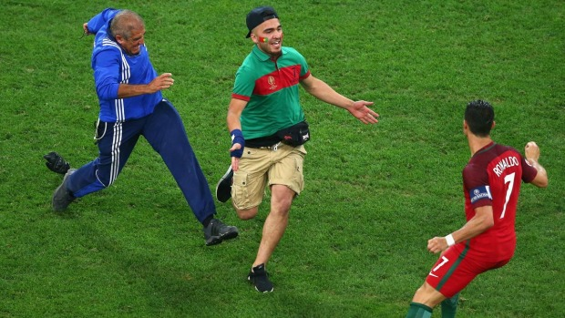 Cristiano Ronaldo reacciona así cuando fanático quiso abrazarlo