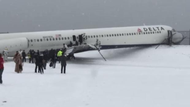 Fotos: avión resbala y choca en NY