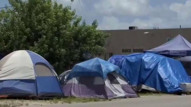 [TLMD - MIA] Vence el plazo que exconvictos por abusos sexuales abandonen campamento