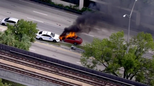 Auto se incendia tras presunta persecución policial