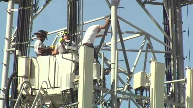 Hombre es rescatado tras subir a torre de telefonía
