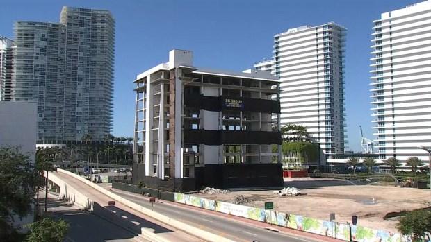 Edificio abandonado en Miami Beach es demolido