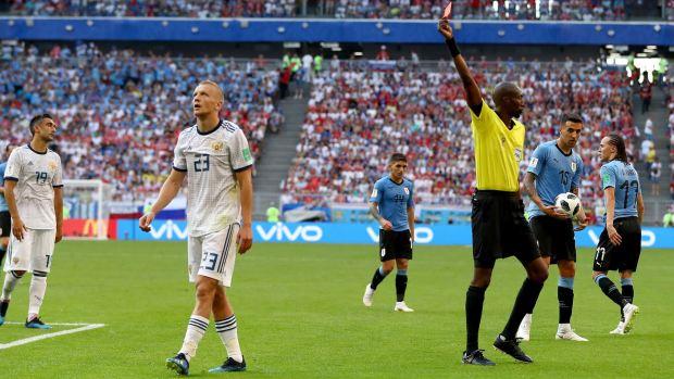 [World Cup 2018 PUBLISHED] Fuerte falta y al árbitro no le tiembla la mano para expulsarlo