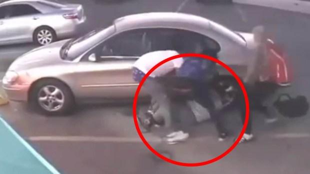 [TLMD - LV] Ataque brutal a anciano mientras sale de su vehículo