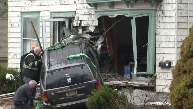 Auto se estrella contra casa de 100 años que estaba a la venta