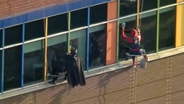 [TLMD - MIA] Superhéroes limpian ventanas de hospital