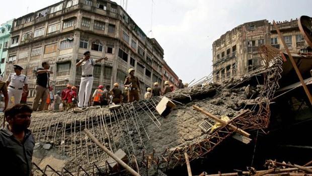 Escombros huelen a muerte tras derrumbe en Calcuta