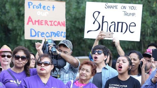 """Trump propone vía a la ciudadanía a """"soñadores"""""""