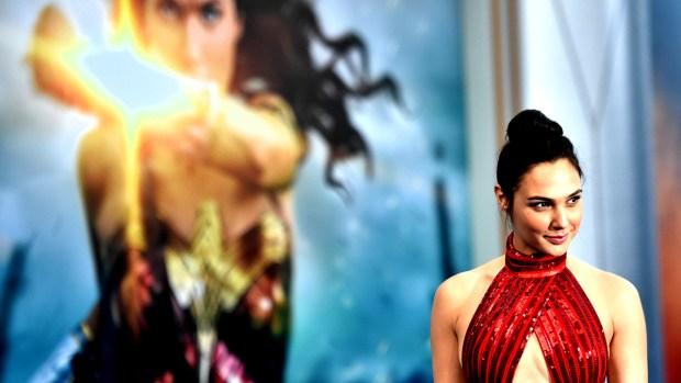 """La nueva """"Mujer Maravilla"""" desfila en alfombra roja"""