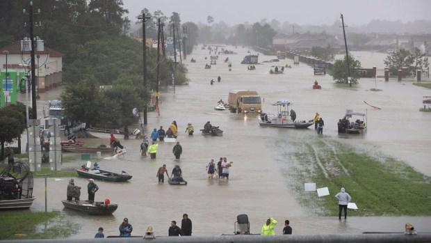 Visitan Trump y Melania zonas afectadas de Texas por