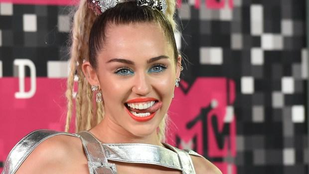 Miley Cyrus se despoja de sus pantalones al aire