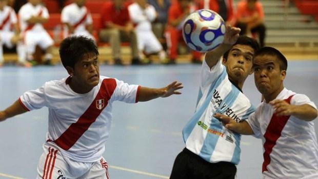 Fotos: jugadores de talla pequeña promueven el fútbol