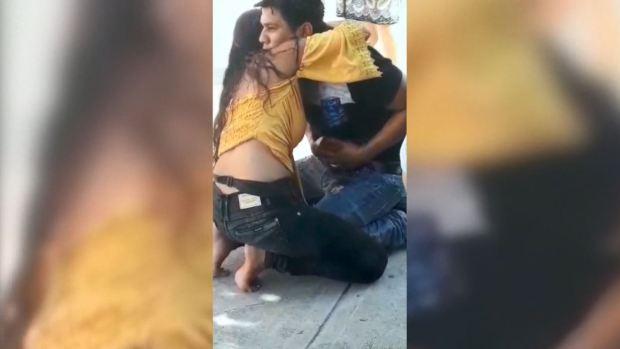 [TLMD - LV] Una mujer pide perdón a su pareja después de apuñalarlo