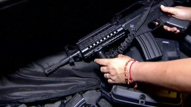 Traficante de armas muestra su arsenal a Telemundo