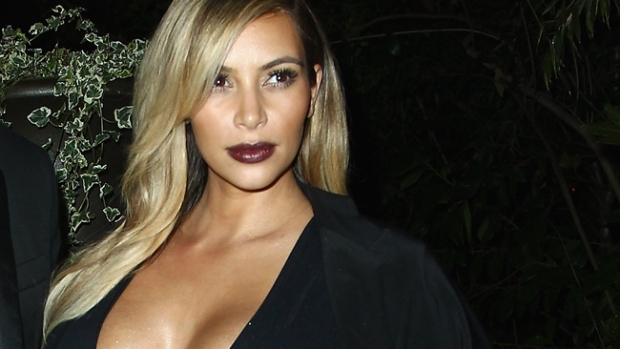 Video: ¿Kim Kardashian depila a su hija?