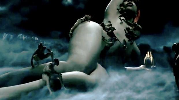Video: Lady Gaga te baña de negro