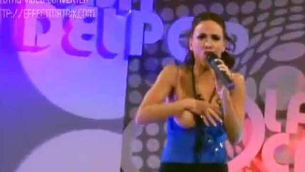 "Video: Cantante despistada da ""espectáculo"""