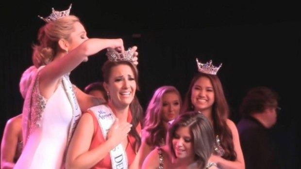 Video: Demanda la destronada Miss Delaware