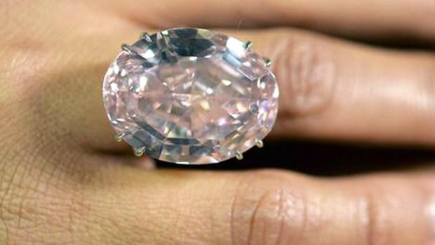 Video: Subastan diamante más caro del mundo
