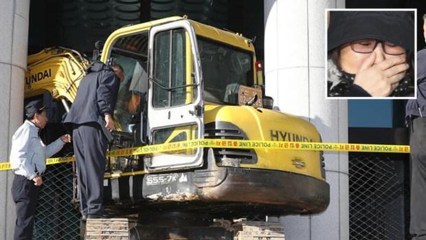 """Escándalo: atacan a """"vidente presidencial"""" con excavadora"""