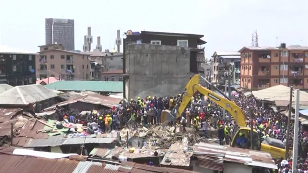[TLMD - LV] Buscan a niños bajos los escombros en Nigeria