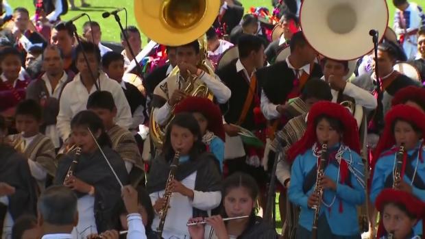 El Papa oficia misa frente a miles de indígenas