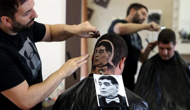 Pese a todo, mira cómo acabó Maradona en un insólito corte de pelo