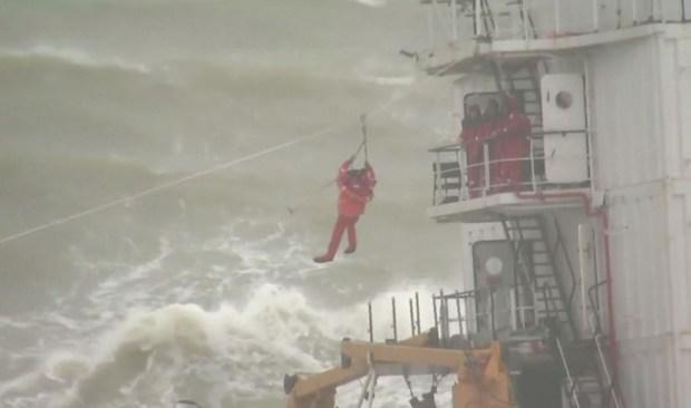 Impresionante rescate de barco encallado